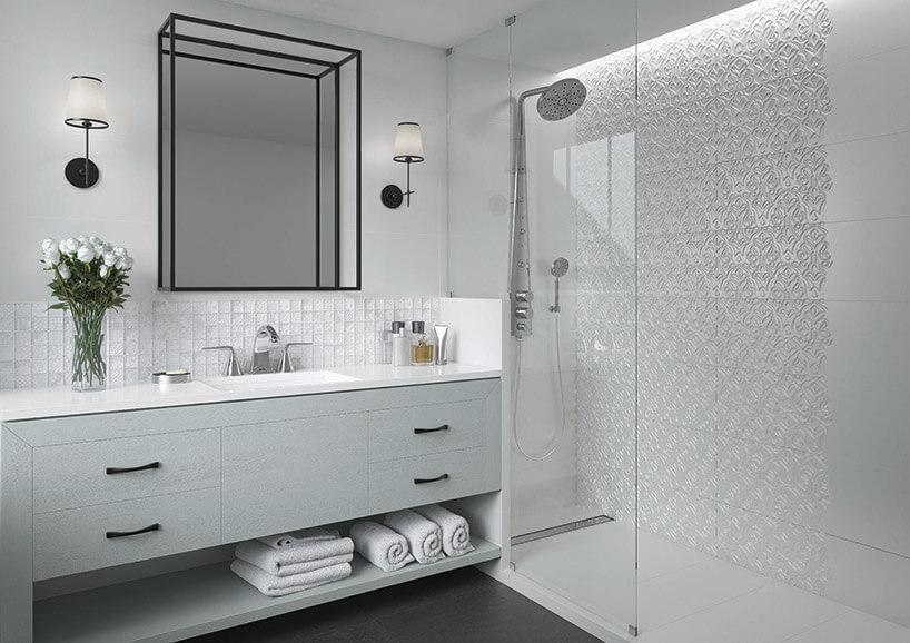 białe przestrzenne wbiałej łazience