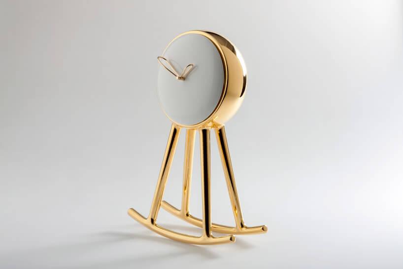 bujający się złoty zegar