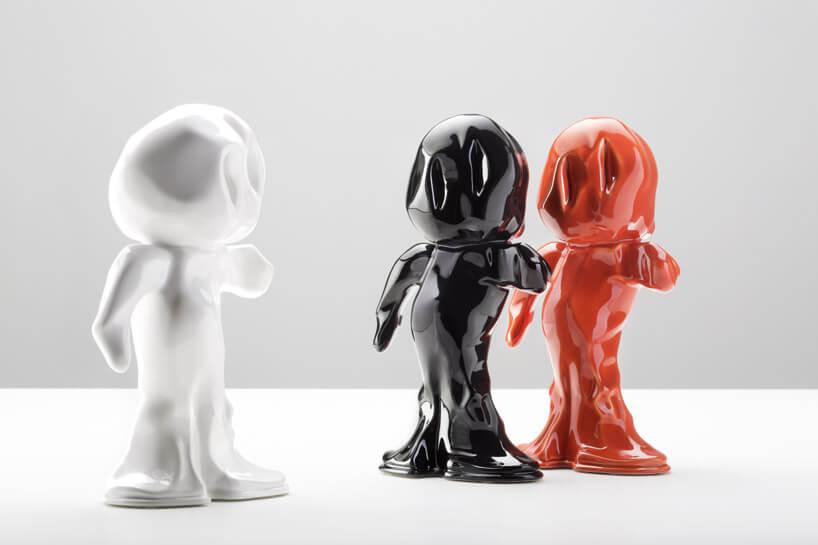 trzy różnokolorowe postacie ze szkła
