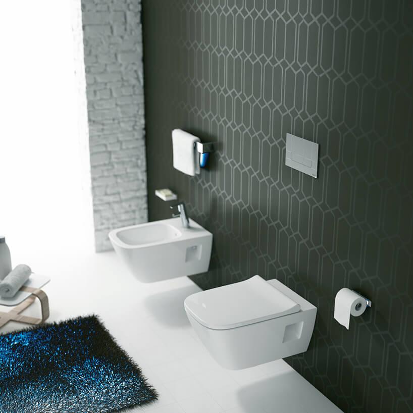 ceramika sanitarna na tle ciemno zielonej ściany