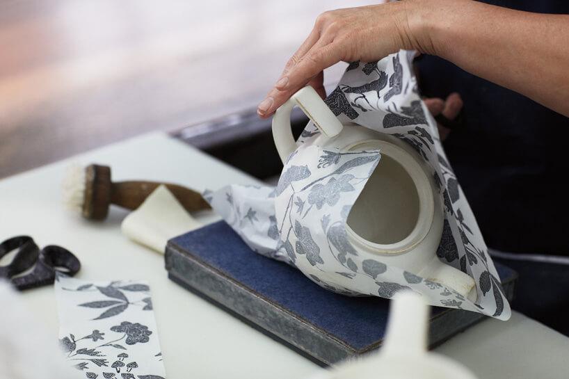 biała ceramika podczas nakładanie wzoru