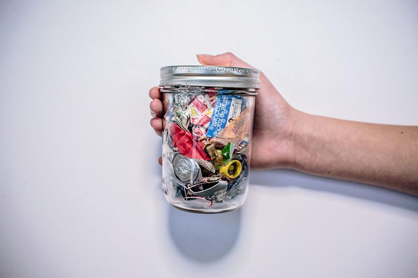 rożne odpadki wsłoiku zzakrętką trzymane wręce