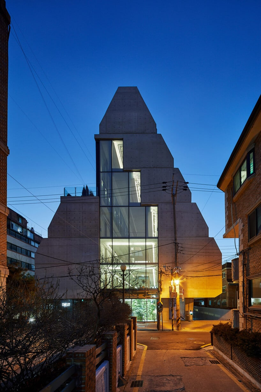 trójkątny nowoczesny budynek Treehouse zprzestrzenią co-livingową