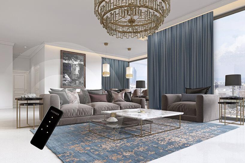 elegancki jasny salon zeleganckim małym idużym stołem zkamiennym blatem na tle wysokich niebieskich zasłon