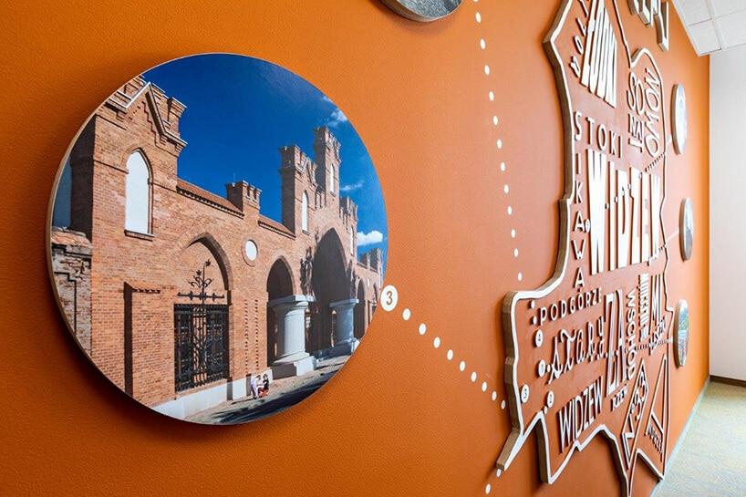 pomarańczowa ściana zokrągłym zdjęciem manufaktury