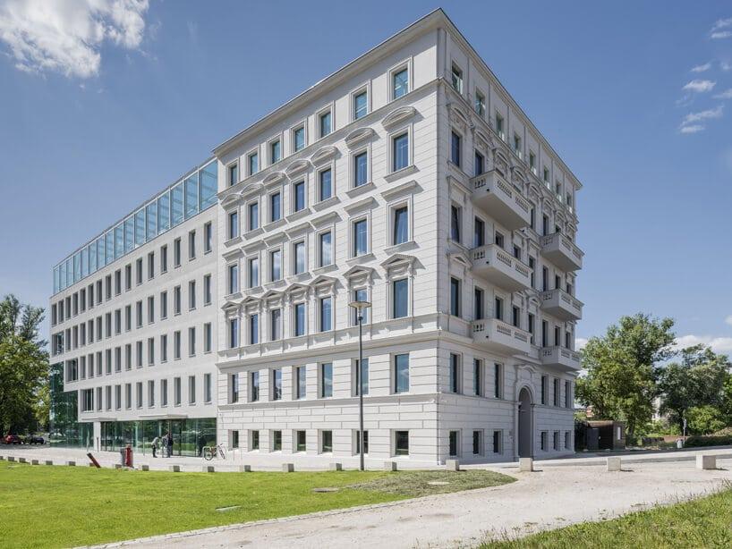 biała elewacja budynku Concordia Design zczęściowym elementem kamienicy