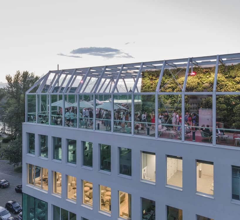 dach na Concordia Design zprzeszklonymi ścianami iaranżacją spólnej przestrzeni
