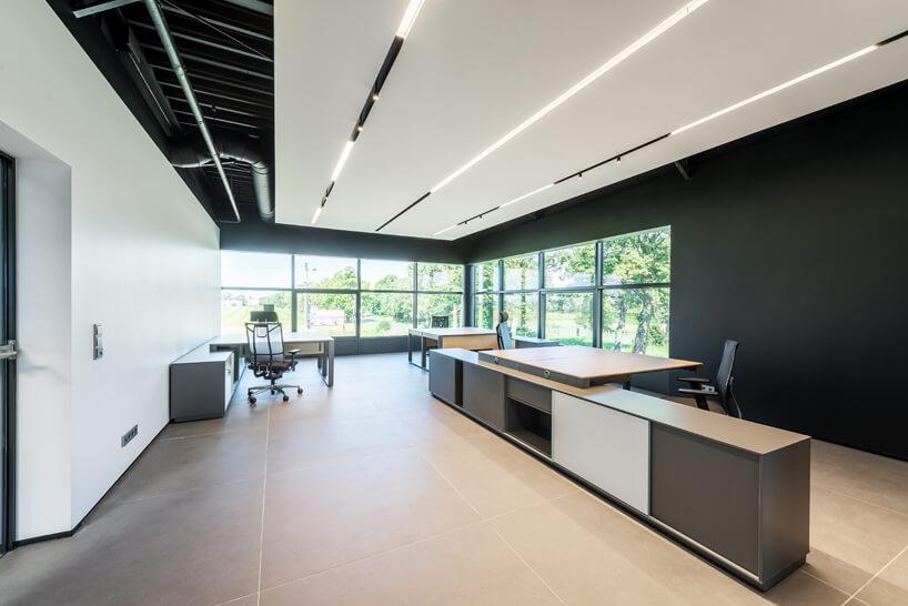 nowoczesne biuro wbiało-czarnych kolorach zdrewnianymi elementami od Consido