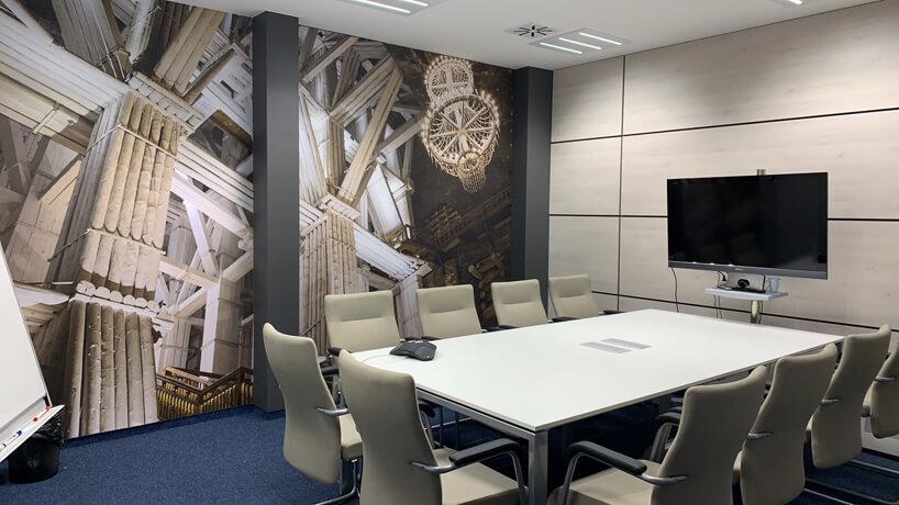 sala konferencyjna wbeżowych kolorach zgrafiką na jednej ścianie od Consido