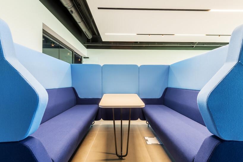przestrzeń socjalna wbiurze zbudowana zwysokich niebiesko-fioletowych siedzisk od Consido