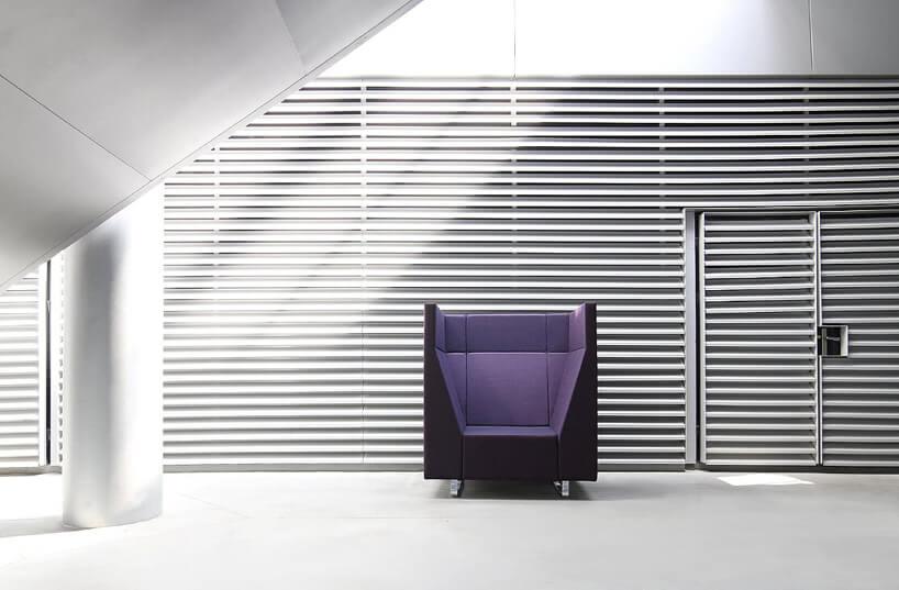 fioletowy fotel na szarym tle