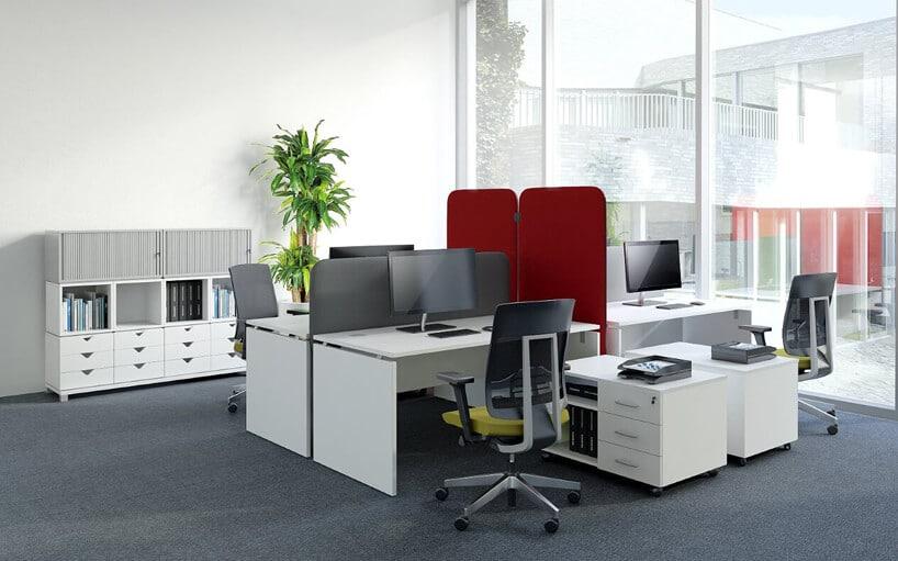 aranżacja biura meblami biurowymi - biurkiem, szafką ifotelem