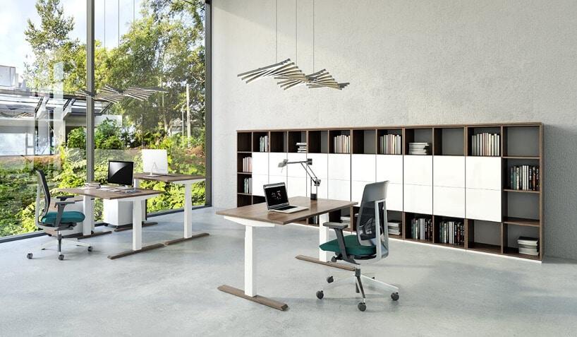 staowisko pracy indywidualnej wburze, biurko zkrzesłem na tle szafek