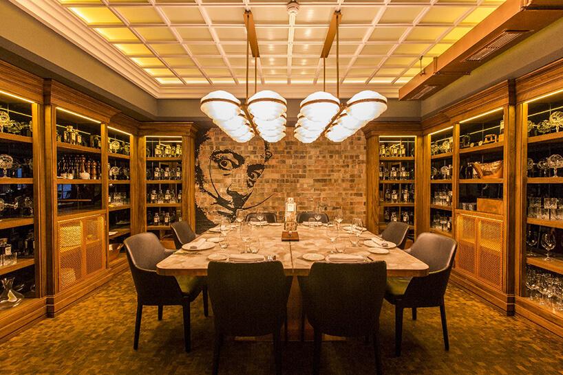 eleganckie wnętrze restauracji TATEL wMadrycie ze stołem zblatem od Cosentino