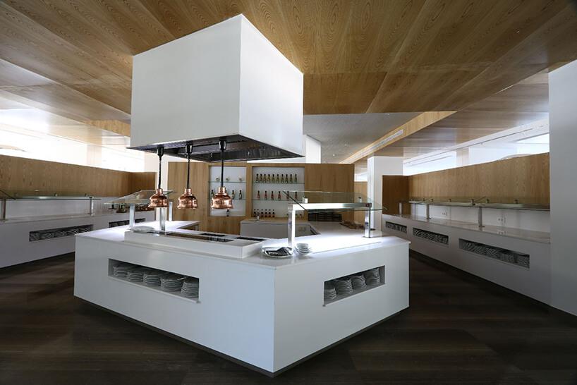 biała część gastronomiczna wsieci hotelów Hipotels zladami barowymi od Cosentino