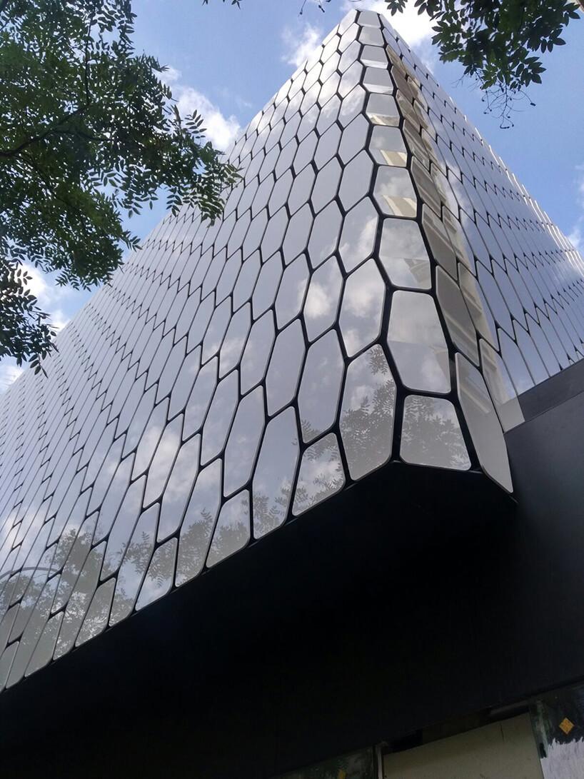 wentylowana fasad budynku wkształcie rybiej łuski zDekton Halo od Cosentino