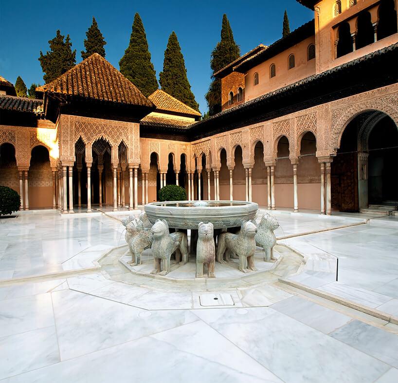biały plac zmarmur Blanco Macael wPałacu Alhambra