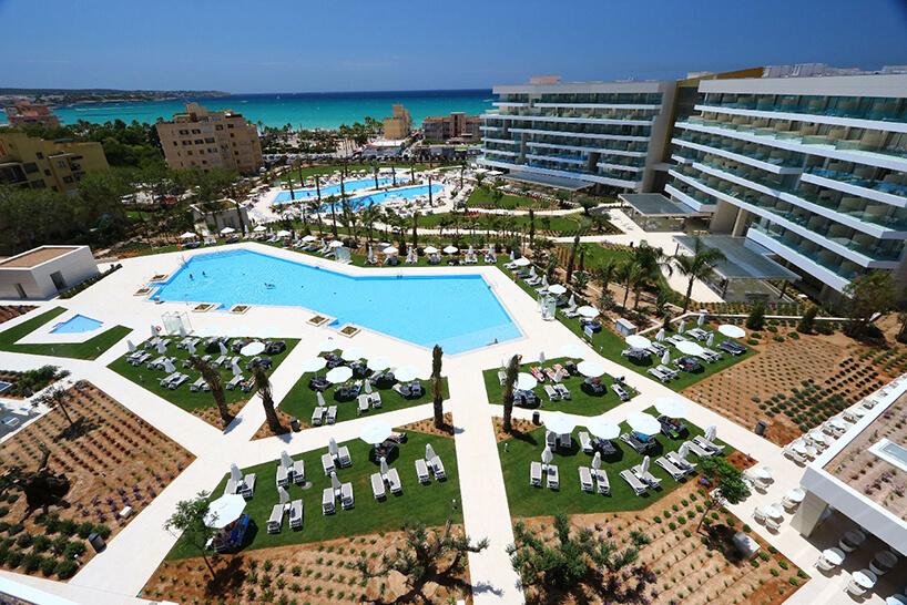 zdjęcia kompleksu hotelowego Hipotel wokół basenów