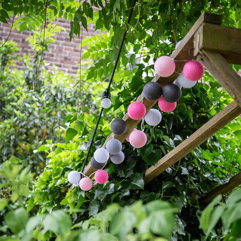 sznur oświetleniowy cotton balls na drewnianej poprzeczce
