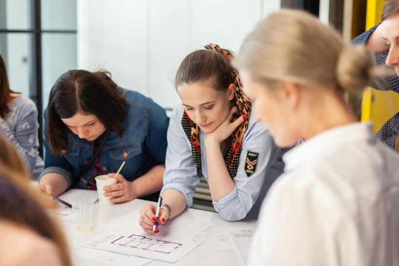 klika kobiet podczas oceny projektów