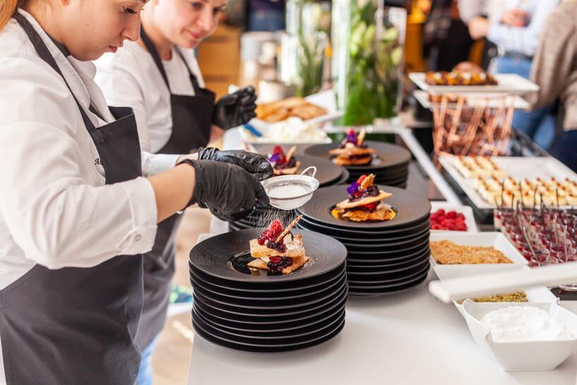 przygotowywanie deserów na czarnych talerzach
