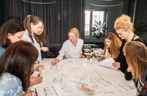 jurorzy przy stole podczas oceny projektów