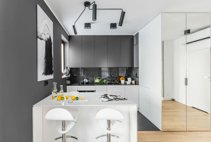 aranżacja biało-szarej kuchni zmałą wyspą