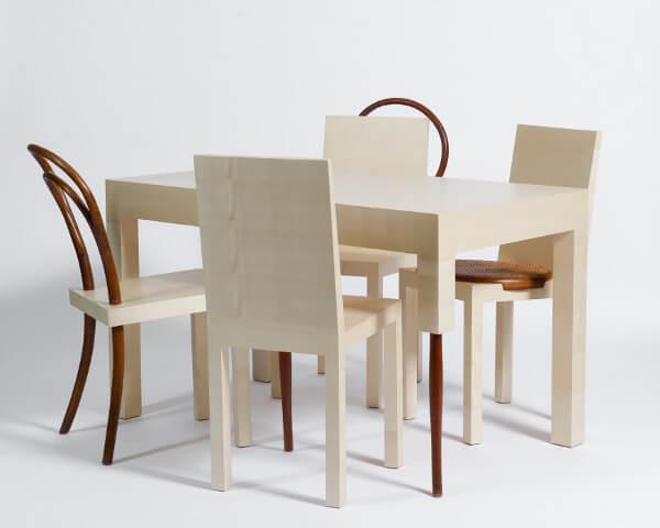 komplet krzeseł ze stołem po dekonstrukcji