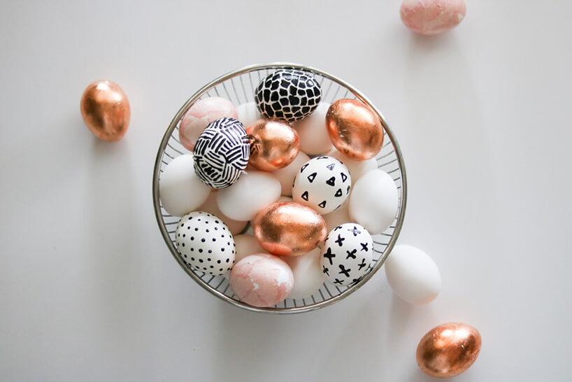 nowocześnie ozdobione jajka wielkanocne wszklanym naczyniu