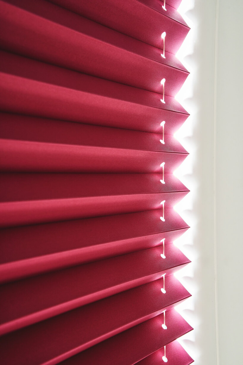 czerwone żaluzje okienne zbliska