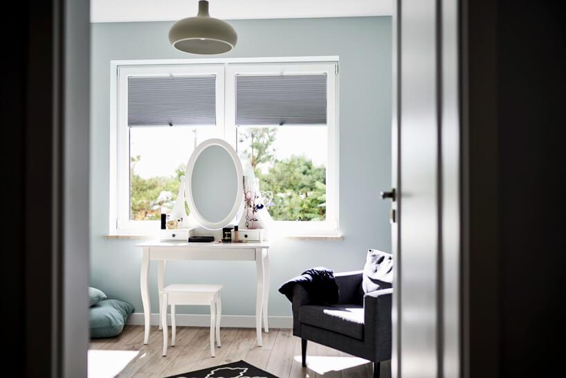 szare żaluzje okienne jako tło białej toaletki