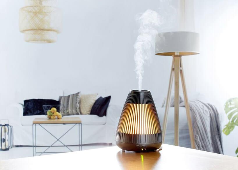złoto-brązowa elektryczna świeca zapachowa na stoliku