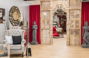 aranżacja wnętrza w stylu azjatyckim z dwoma szarymi pomnikami przy złotym wejściu