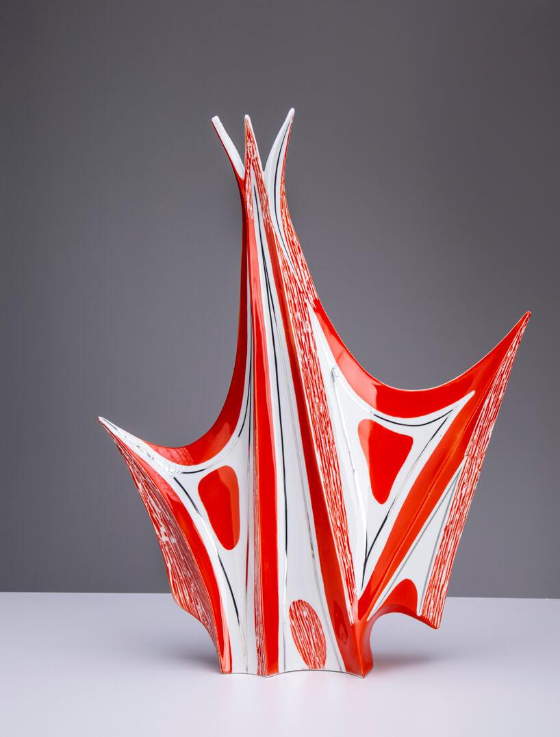 biało-czerwony wazon Steatyt onietypowym kształcie