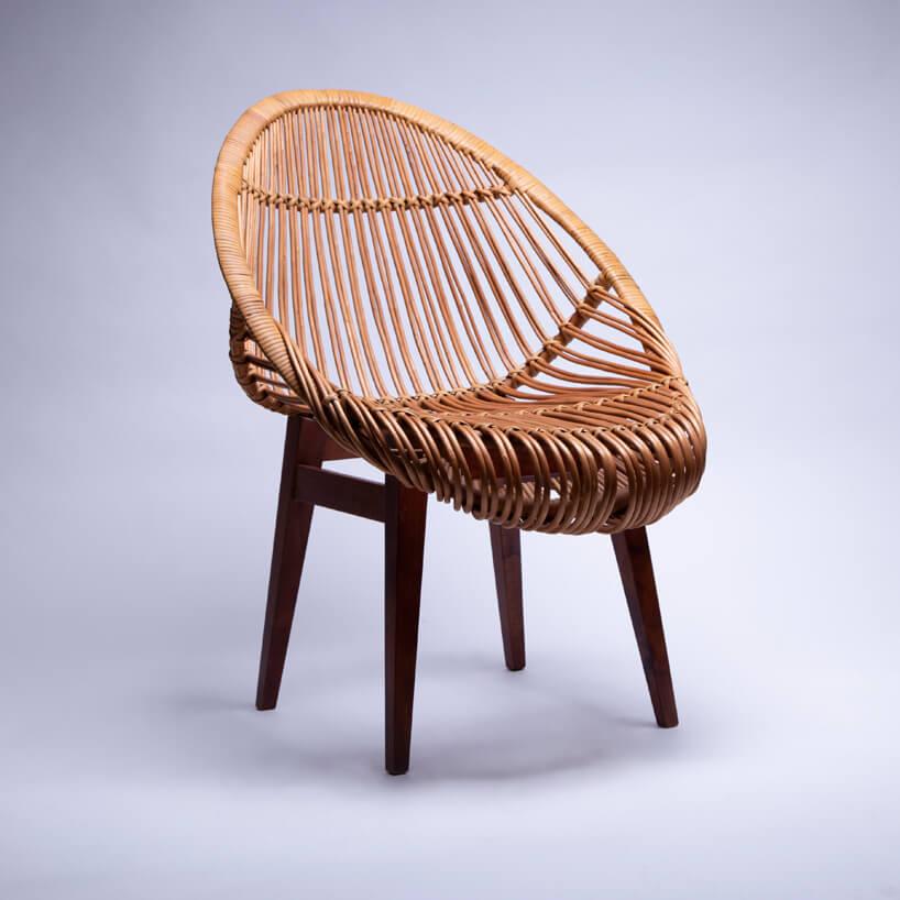 wiklinowy fotel Zymunta Majrzaka na brązowych na fioletowym tle