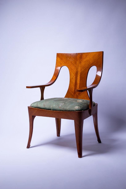 klasyczne jasno-brązowe krzesło od Jana Bogusławskiego