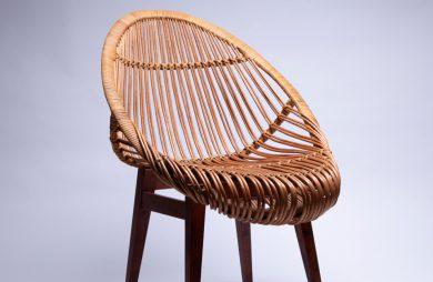 wiklinowy fotel na fioletowym tle