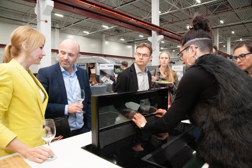 kilka osób podczas jednej zprezentacji pochłaniacza pary na Design od Kuchni 2019
