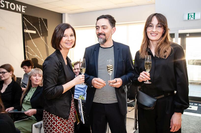 trzy osoby zkieliszkami szampana podczas Design od Kuchni 2019