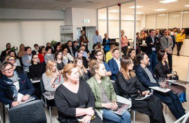 uczestnicy Design od Kuchni 2019 siedzący podczas prezentacji
