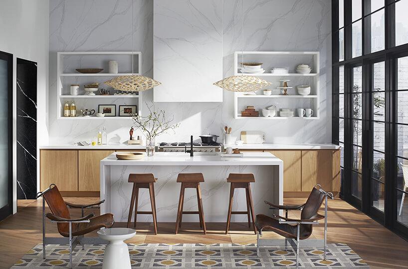 elegancka kuchnia zwyspą zbiałego kamienia Silestone - Calacatta Gold od Cosentino