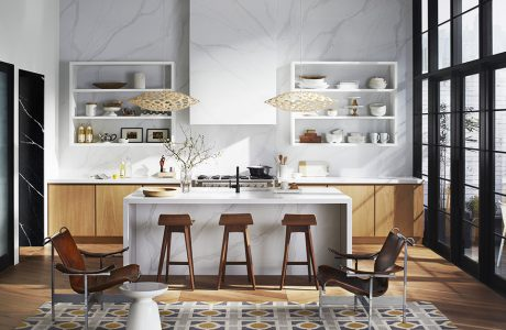 elegancka kuchnia z wyspą z białego kamienia Silestone - Calacatta Gold od Cosentino