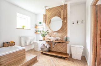 elegancka białą łazienka od Koło z drewnianą zabudową lustra z umywalką oraz wanną