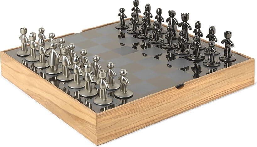 szachy wykonane na drewnianej rami zdużą ilością pionków