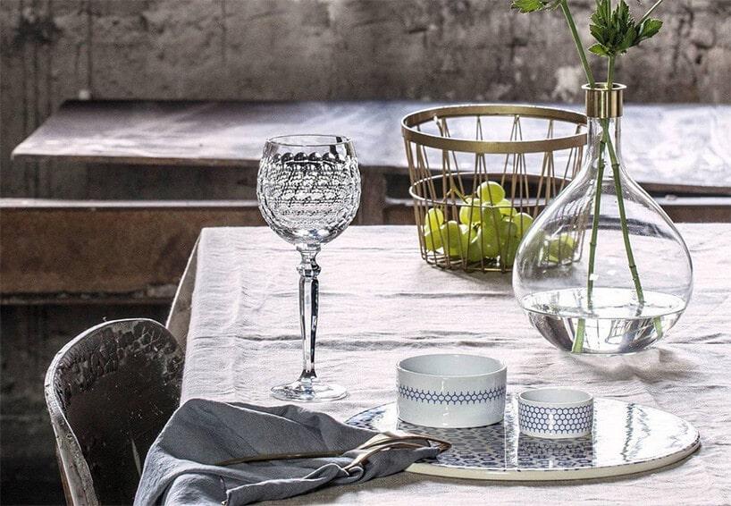 długi stół zkieliszkiem kryształowym do wina