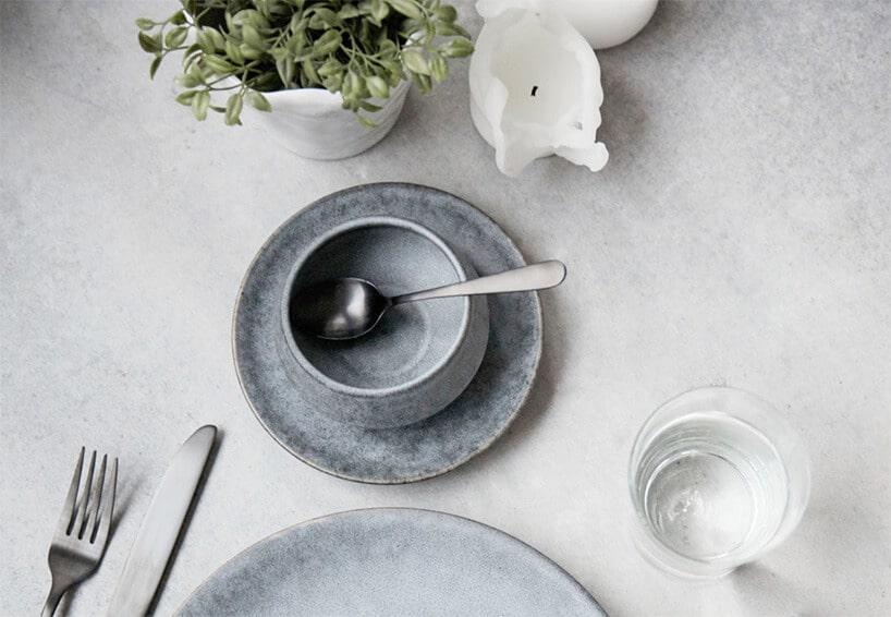 talerze wykonane zgranitu na białym obrusie przy filiżance