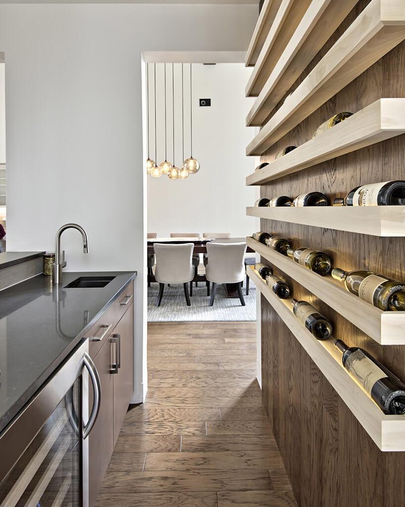 drewniana ściana przerobionej na stojak na wino