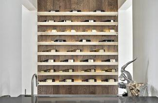 korkociąg na tle drewniane ściany przerobionej na stojak na wino