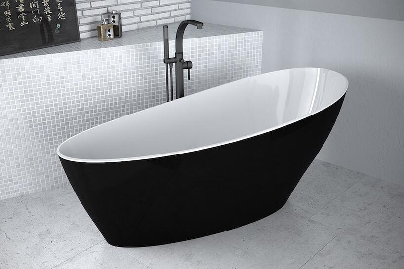 elegancka wanna Keya black&white zczarnymi wykończeniem zzewnątrz wbiałej łazience zczarnymi akcentami