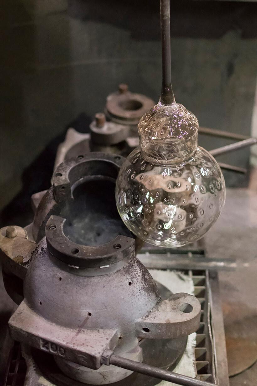 proces ręcznej produkcji elementu do żyrandola Embassy Interior